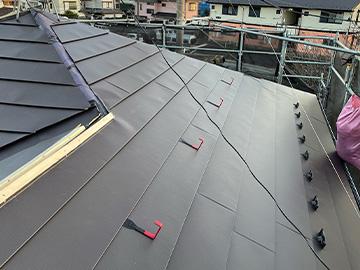 屋根カバー工法:屋根材設置