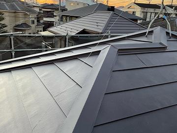屋根カバー工法:棟板金取付・施工後